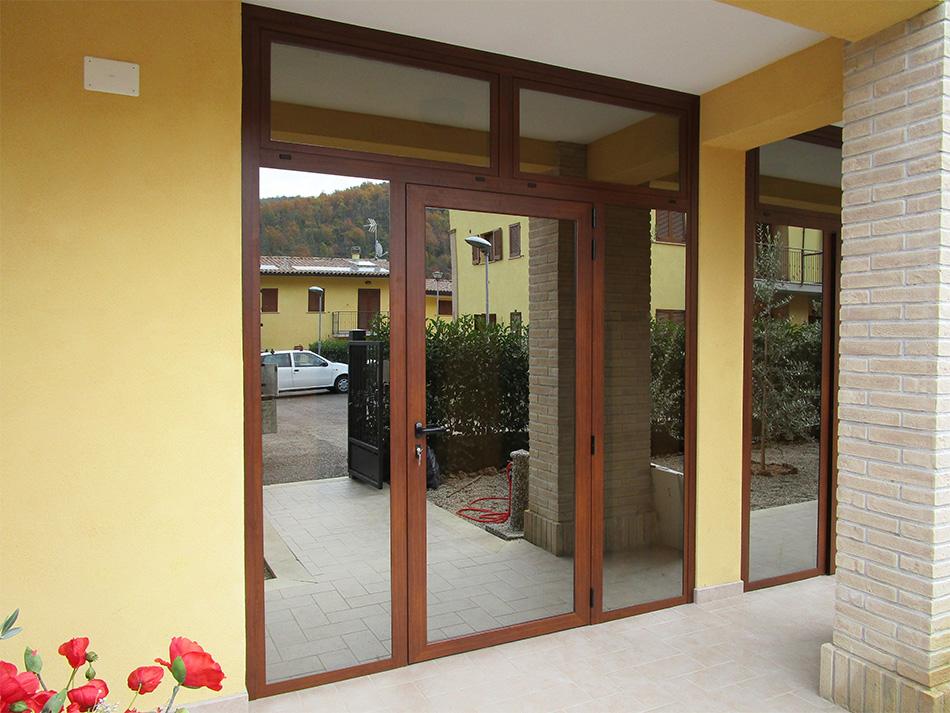 Porta effetto legno e vetri riflettenti spazio 4 serramenti - Pulire porte legno ...