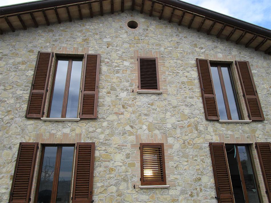 Persiane in alluminio effetto legno spazio 4 serramenti - Finestre con persiane ...