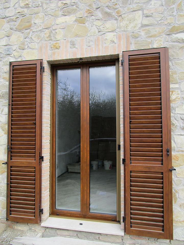 Persiane in alluminio effetto legno spazio 4 serramenti for Finestre di legno prezzi